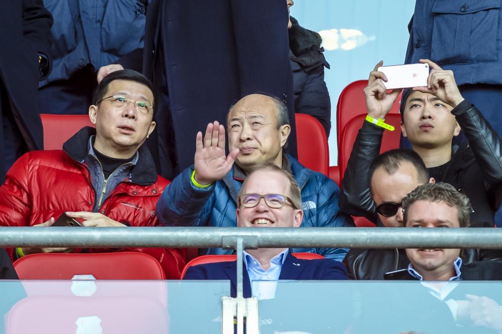 ADO Den Haag-eigenaar Hui Wang volgt de wedstrijd tussen zijn club en FC Utrecht op de tribune, wat zou een goed onderschrift zijn bij deze foto? (Pro Shots / Jan Kok)