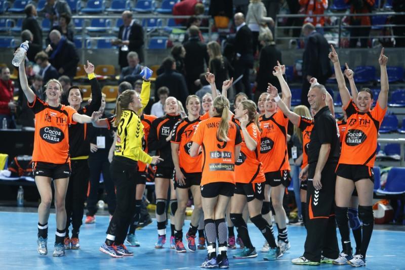 Oranjevrouwen vieren de overwinning op Frankrijk (Pro Shots/Henk Jan Dijks)