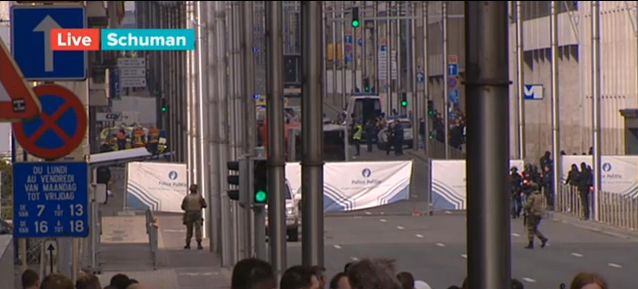 De situatie bij metrostation Schuman, waar mensen naar boven zijn gekomen die vermoedelijk in de buurt van de explosie bij station Maalbeek waren (Screenshot Eén)