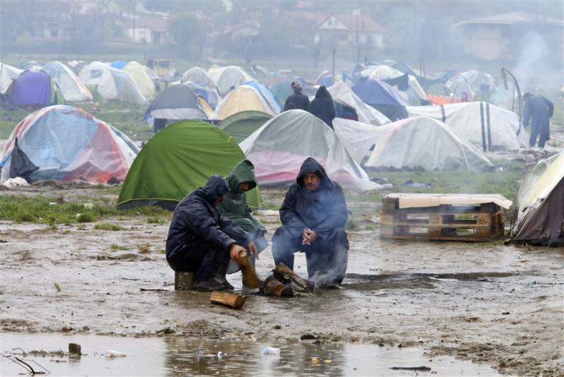 Storm houdt vluchtelingen aan wal