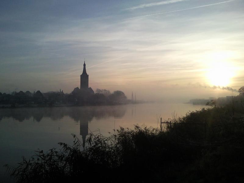 Kerkje in de mist (Foto: Charged)