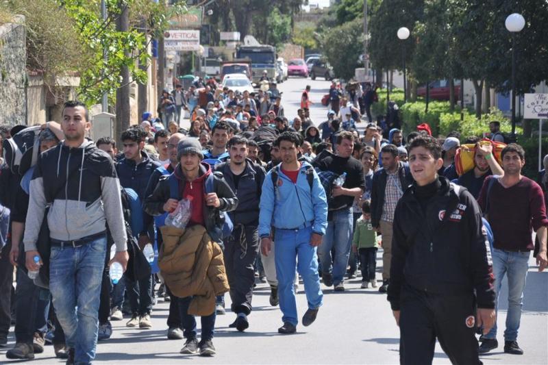 Migranten lopen weg uit Grieks opvangkamp