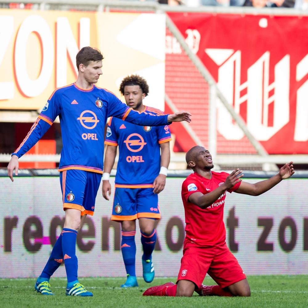 Feyenoord-speler Michiel Kramer is iets van plan met FC Twente-speler Kamohelo Mokotjo maar wat? (Pro Shots / Erwin Spek)