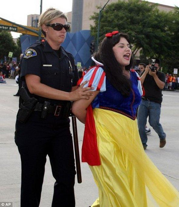 Gearresteerd in kostuum 1