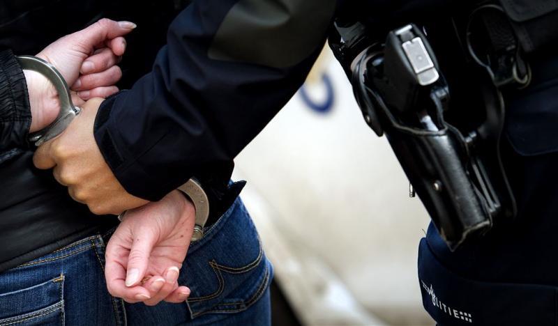 Bestuurder zonder rijbewijs ramt politieauto