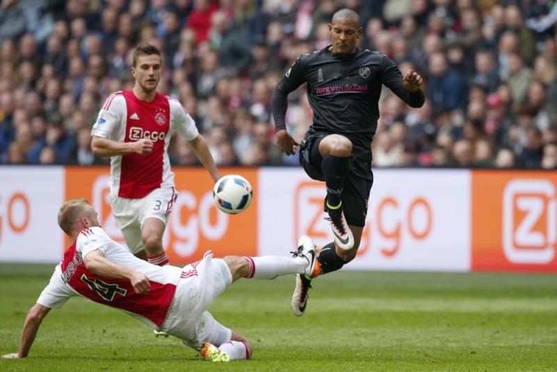 V.d. Hoorn in duel met Utrecht-speler Haller (Pro Shots/Stanley Gontha)