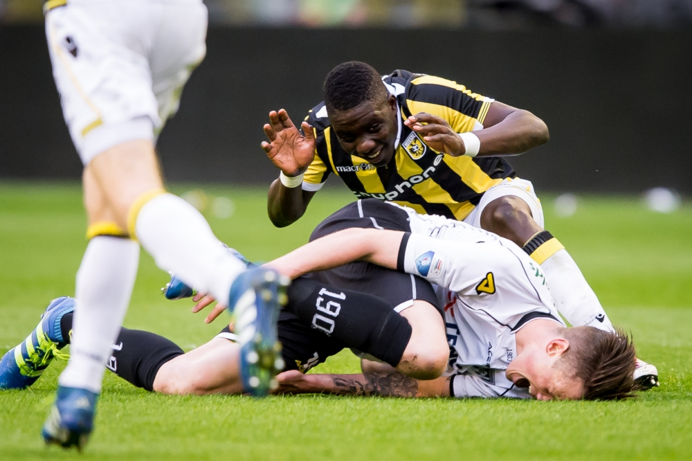 Vitesse-speler Marvelous Nakamba duikt hier op achter Heracles-speler Wout Weghorst, wat is hier gaande? (Pro Shots / Ronald Bonestroo)
