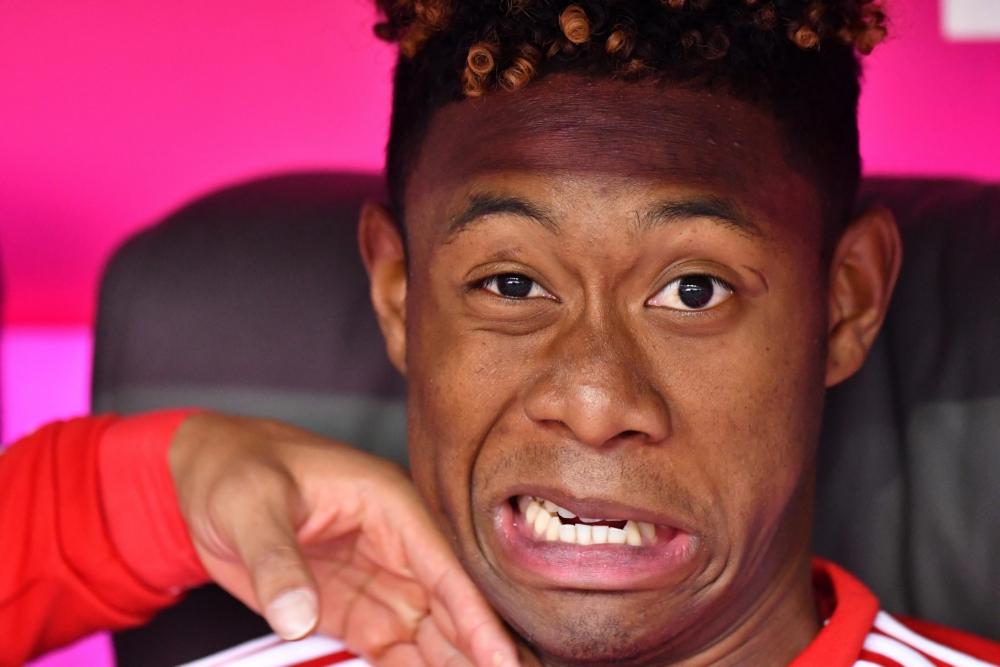 Bayern München-speler David Alaba wordt op de bank tot zijn grote schrik lastig gevallen. Wat is hier gaande? (Pro Shots / Witters)