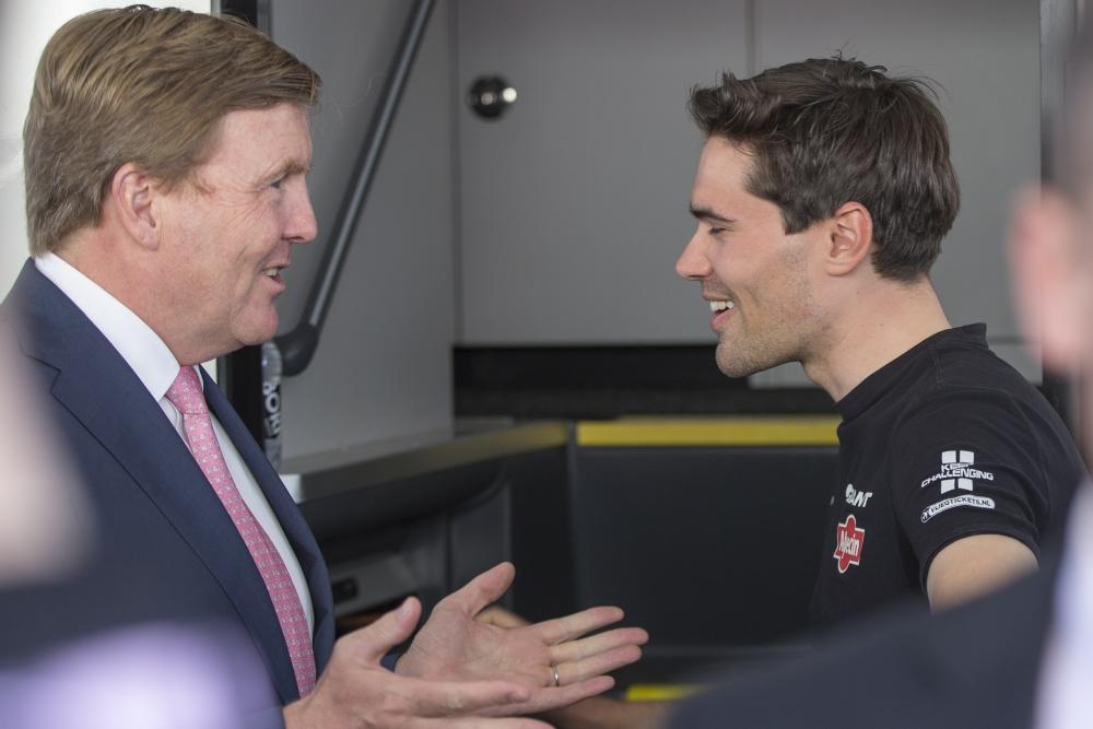 Dumoulin voor zijn race in gesprek met Koning Willem-Alexander (Pro Shots / Peter Lous)