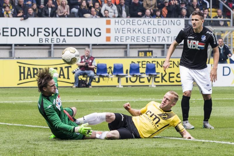 NAC Breda-speler Ars stuit op FC Eindhoven-keeper Swinkels