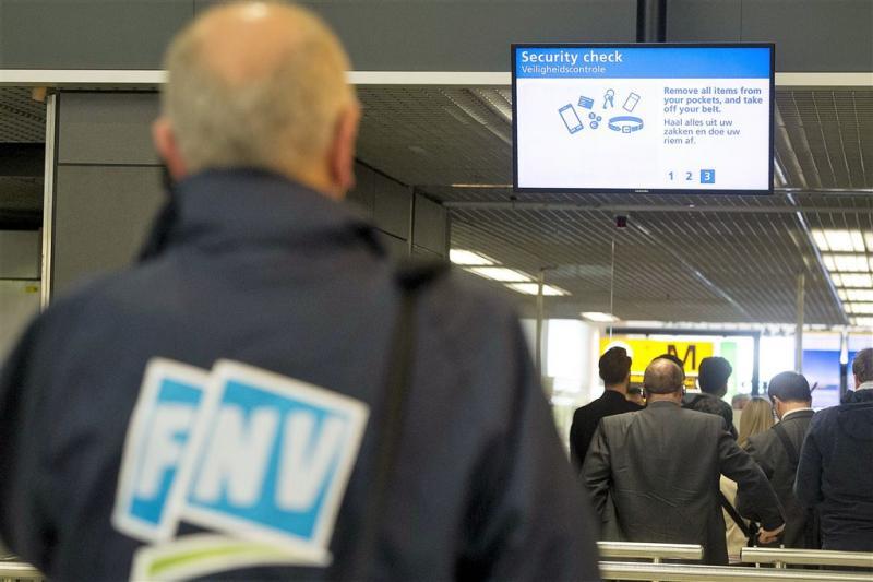 Beveiligers Schiphol leggen werk even neer