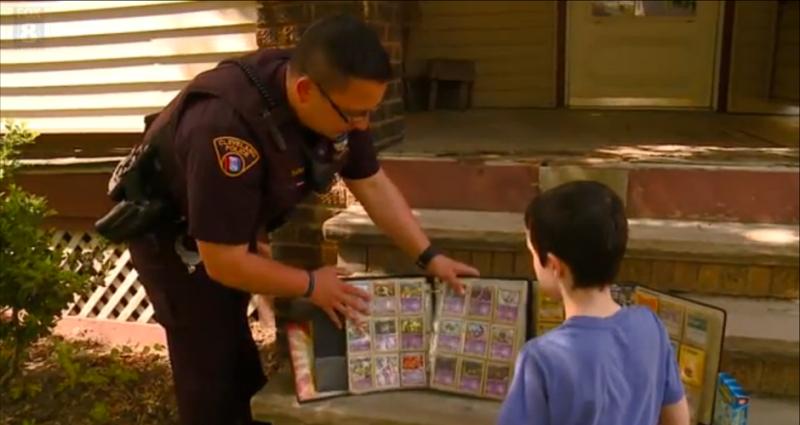 Politie schenkt Pokémon-kaarten aan kind
