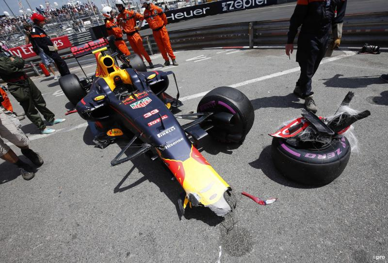 De brokstukken van de Red Bull RB12 van Max Verstappen (Pro Shots/Zuma Sports Wire)