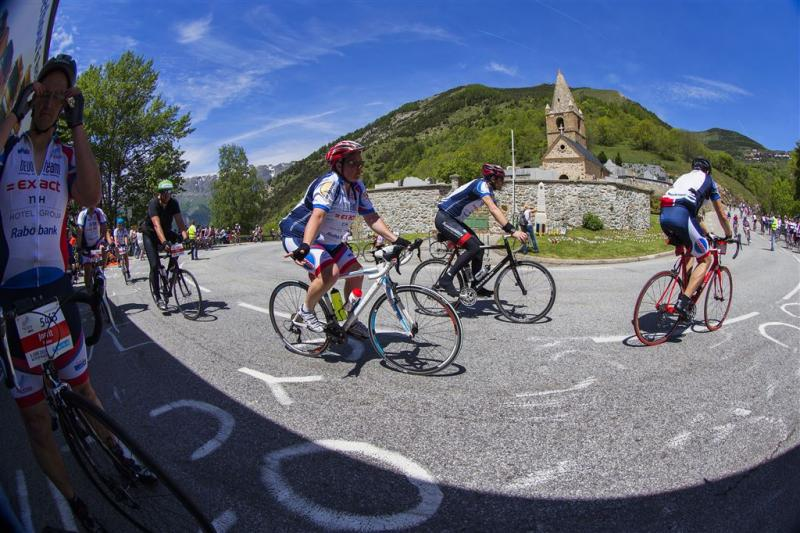 Lopers en fietsers bedwingen weer Alpe d'HuZes