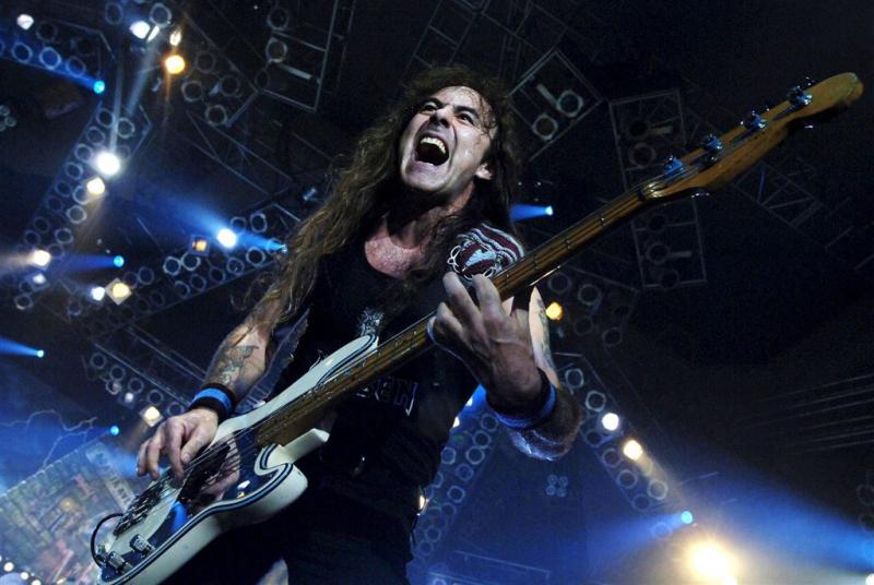 Brabander voetbalt met bassist Iron Maiden