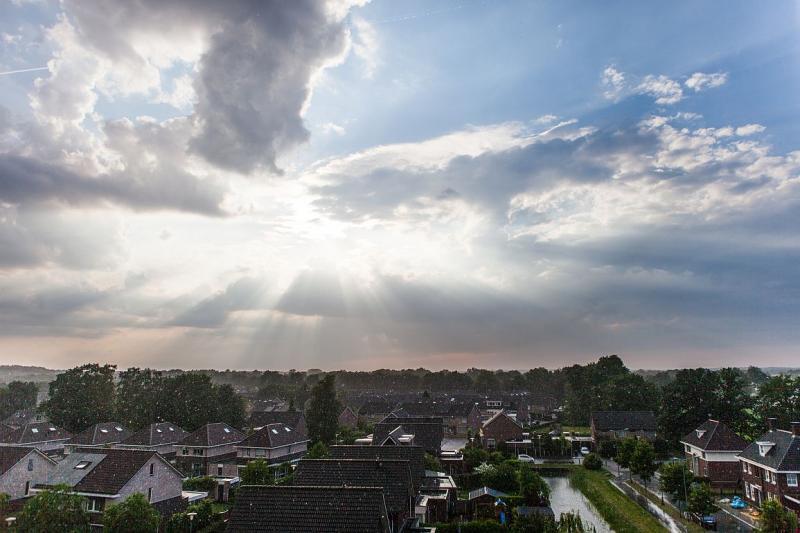 Schitterende zon door de wolken ...  (Foto: anoniem)