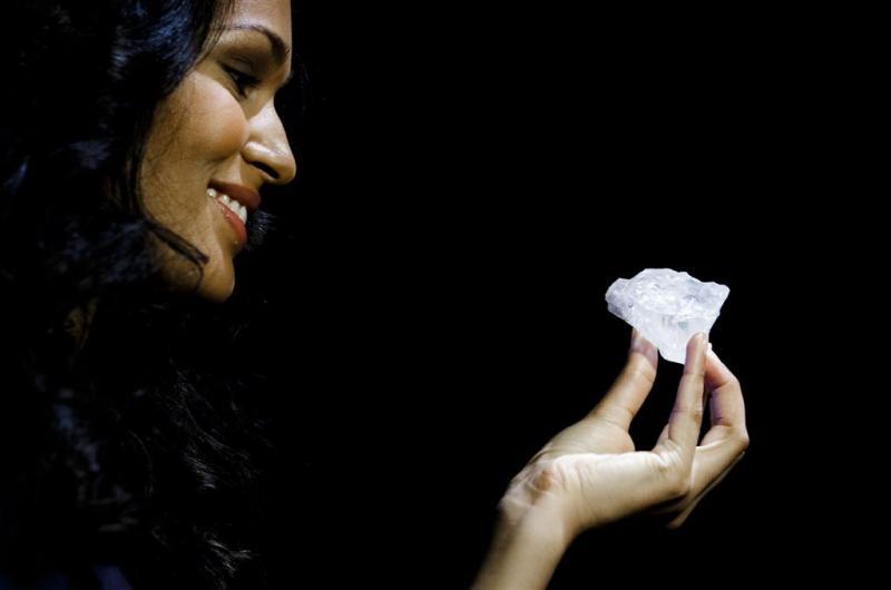 Veilinghuis laat enorme diamant zien