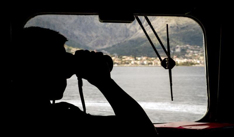 Marine redt vluchtelingen op Middellandse Zee