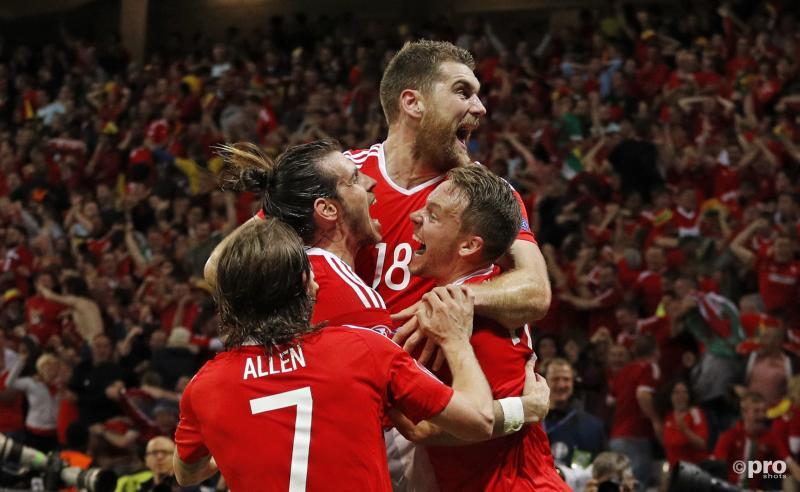 De spelers van Wales vieren de bevrijdende 3-1 van Vokes (18).