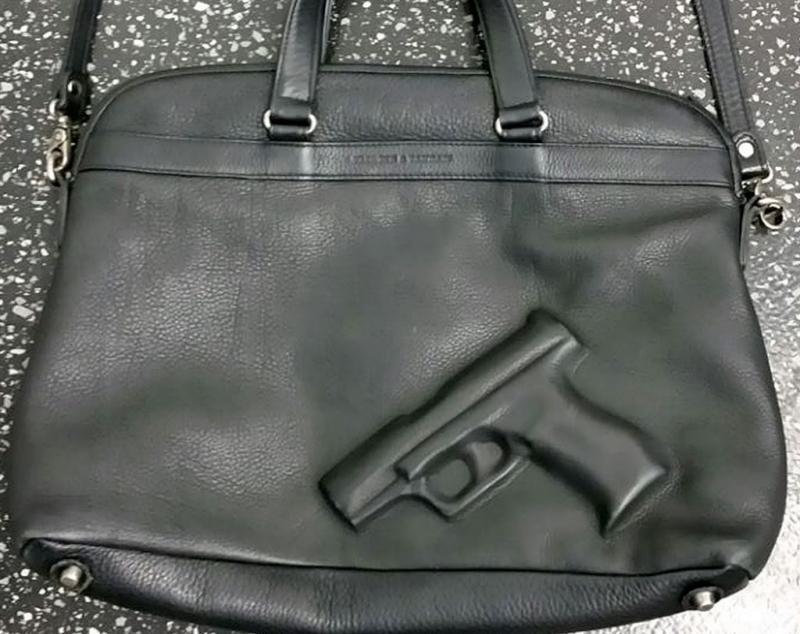 Zoon smokkelt pistooltjes in papa's tas