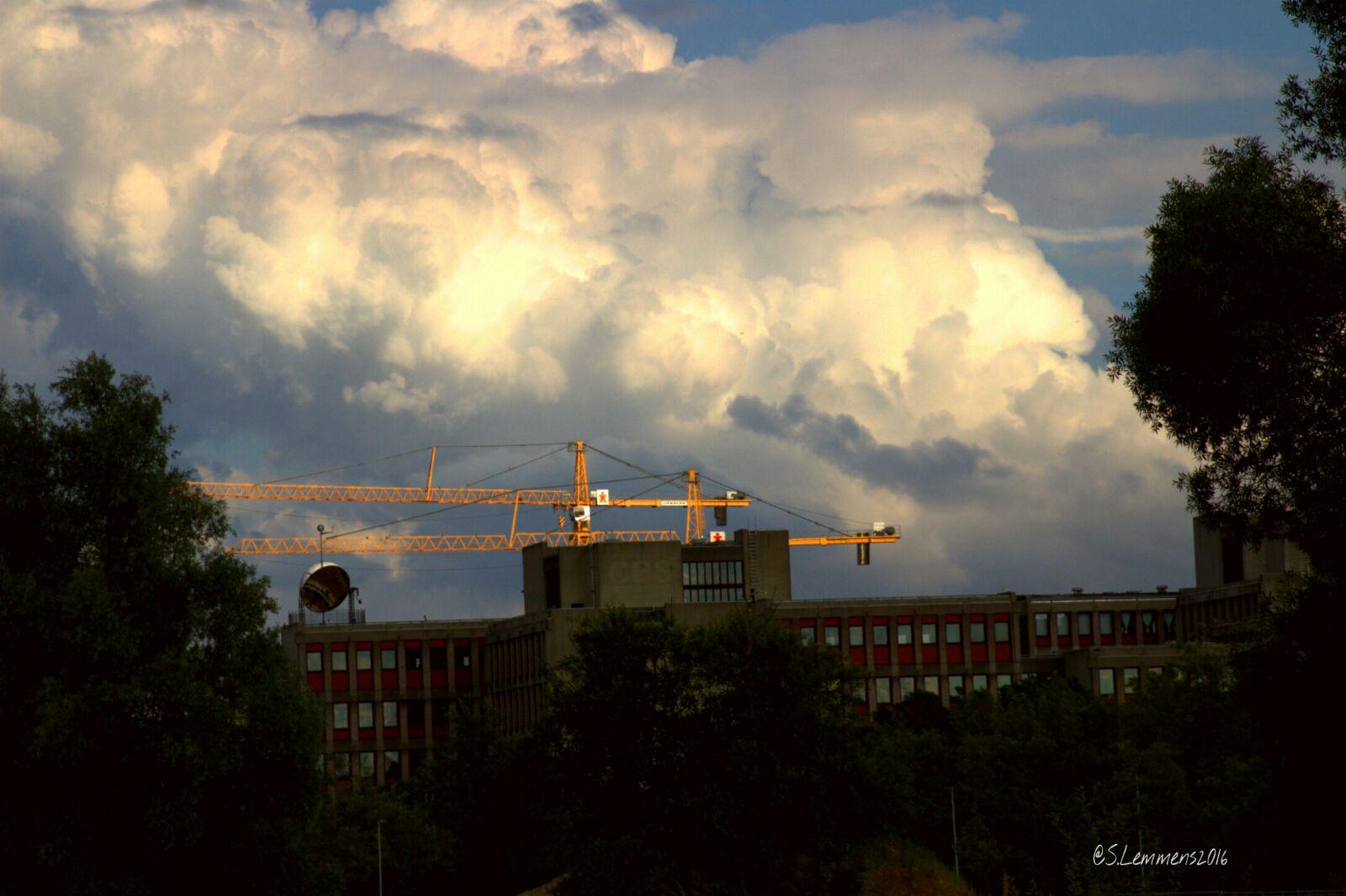 Een kraan bij het Maankwartier, achter het oude CBS gebouw in Heerlen (archieffoto van Luuntje)