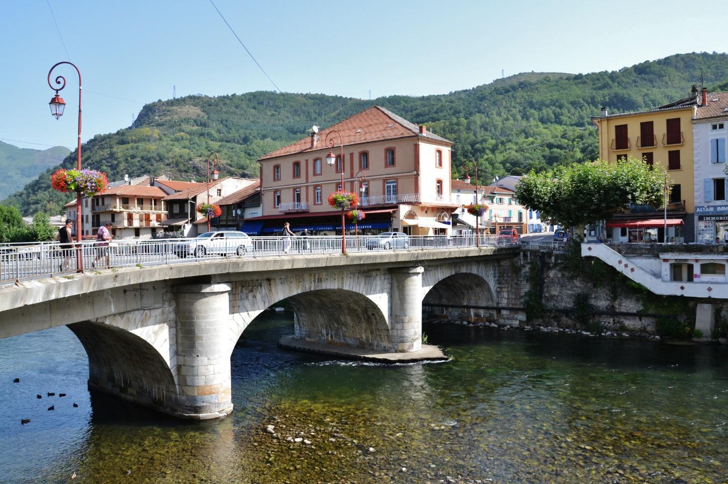 Tarascon-sur-Ariège is een prima stadje en over de Ariège kan men uitstekend kanovaren, iets waar het olijke duo Dijkstra & Ducrot blij van zal worden (Foto: WikiCommons)