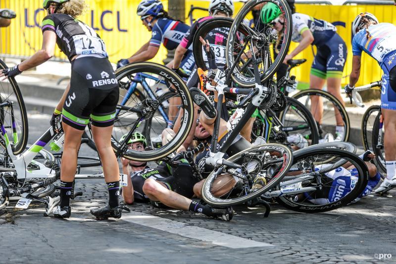 Tijdens La Course, de dameswedstrijd op de Champs-Elysees, deed zich een flinke valpartij voor. Wat zou een goed onderschrift zijn bij deze foto? (Pro Shots / George Deswijzen)