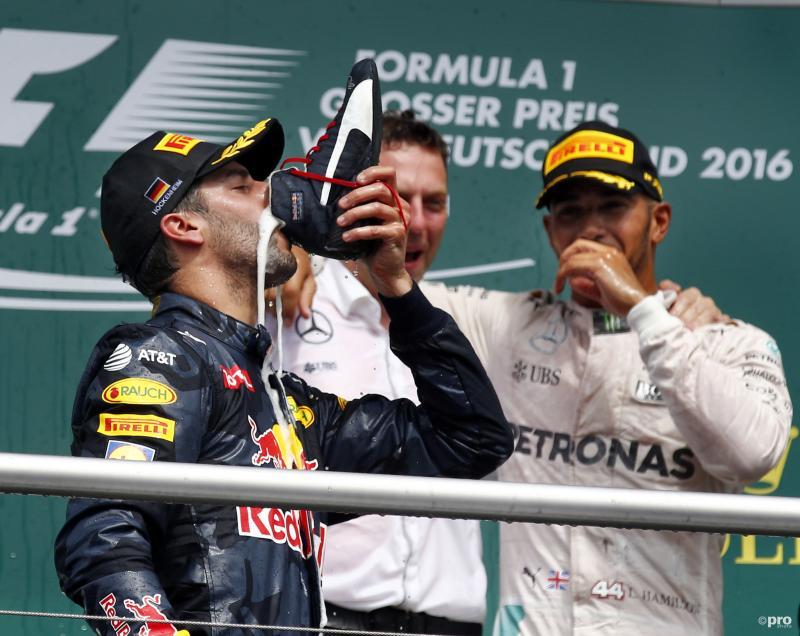 Daniel Ricciardo drinkt de champagne uit zijn schoen op het podium van de Grand Prix van Duitsland, wat zou een goed onderschrift zijn bij deze foto? (Pro Shots / Zuma Sports Wire)