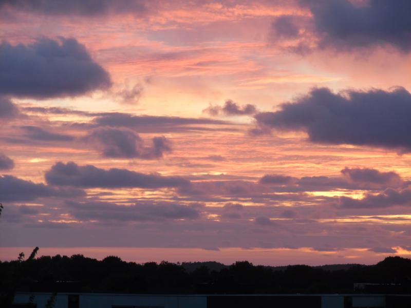Zon speelt met de wolken boven Alkmaar (Foto: Papabear)