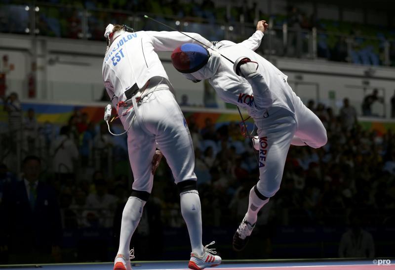 De Est Nikolai Novosjolov en de Koreaan Park Kyoung-Doo laten zien dat op alle mogelijke manier kan proberen te scoren bij het schermen (Pro Shots / Action Images)