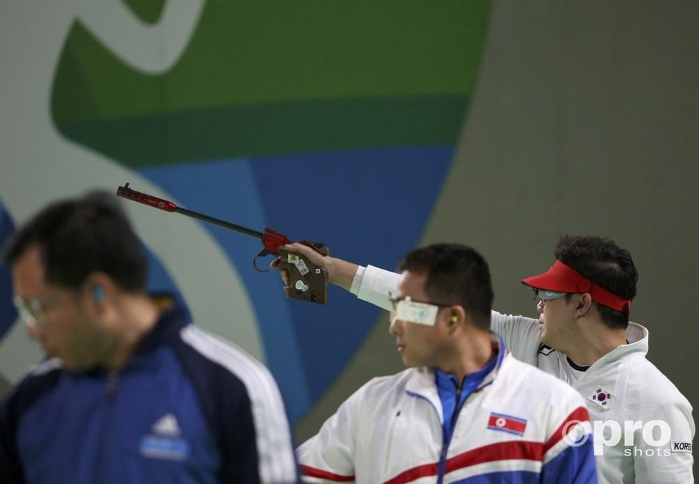 Jin legt aan om te vuren in de finale, met Hoang en Kim (links en midden) naast hem (PROSHOTS/Action Images)
