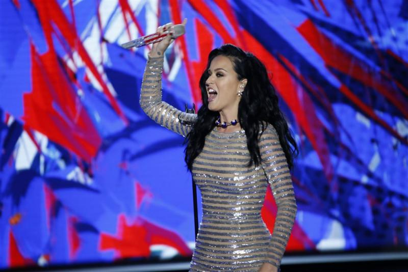 Katy Perry fietst met de billen bloot