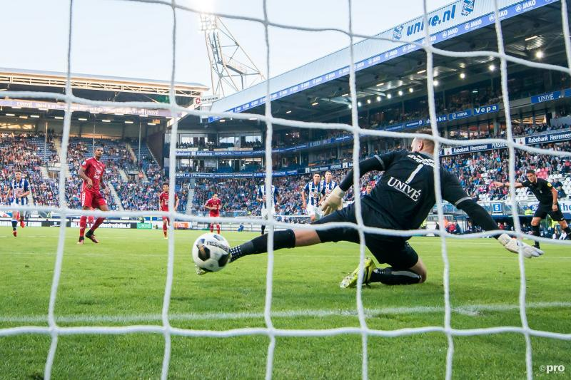 Haller schiet de penalty achter doelman Mulder (PRO SHOTS/Ronald Bonestroo)