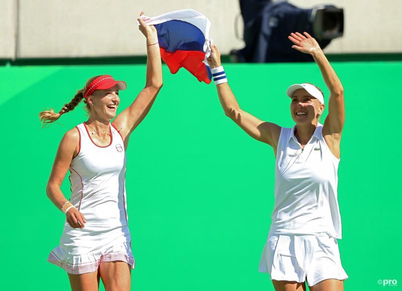 Vesnina en Makarova vieren hun titel met de Russische vlag (Pro Shots/Action Images)