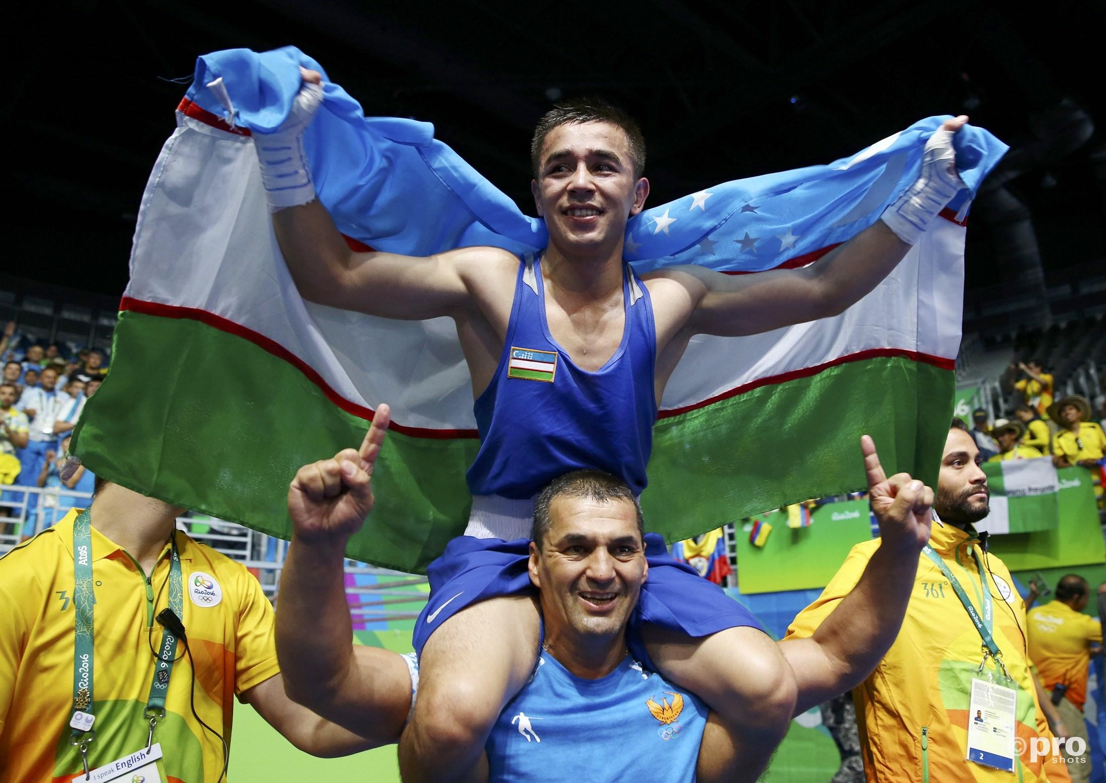 Dusmatov viert zijn gouden medaille (PROSHOTS/Action Images)