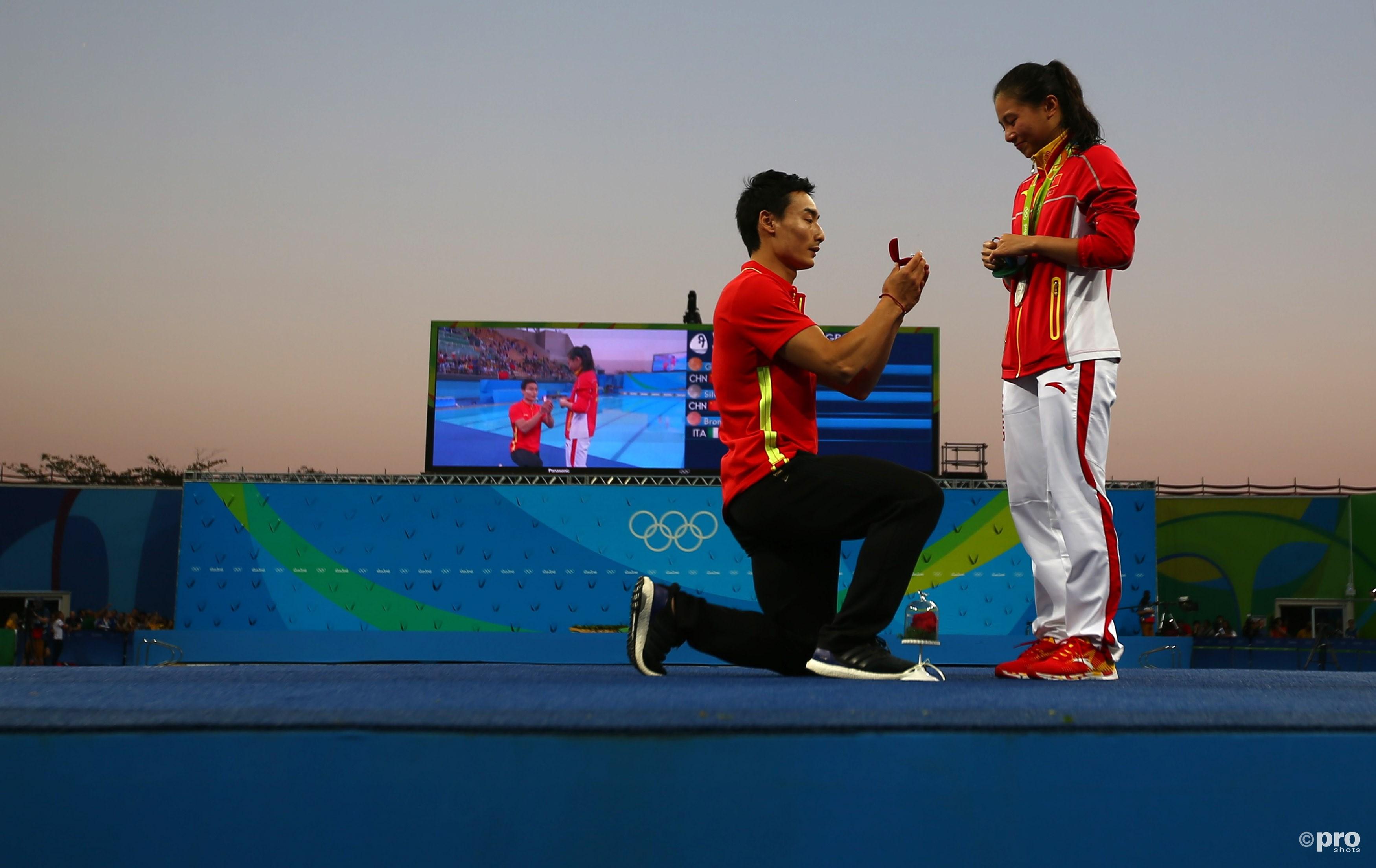 Qin Kai gaat op de knieeën voor zijn vriendin He Zi, die haar zilveren medaille net omgehangen heeft gekregen (PROSHOTS/Action Images)