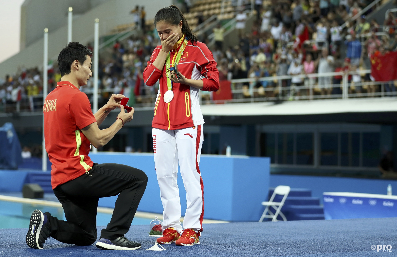 De actie van haar vriend lijkt He toch wat meer te ontroeren dan de zilveren medaille (PROSHOTS/Action Images)