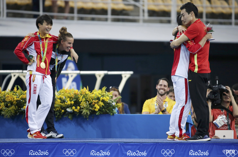 He's teamgenote Shi Tingmao, winnares van het goud, en de bronzen Italiaanse Tania Cagnotto genieten mee met hun collega (PROSHOTS/Action Images)