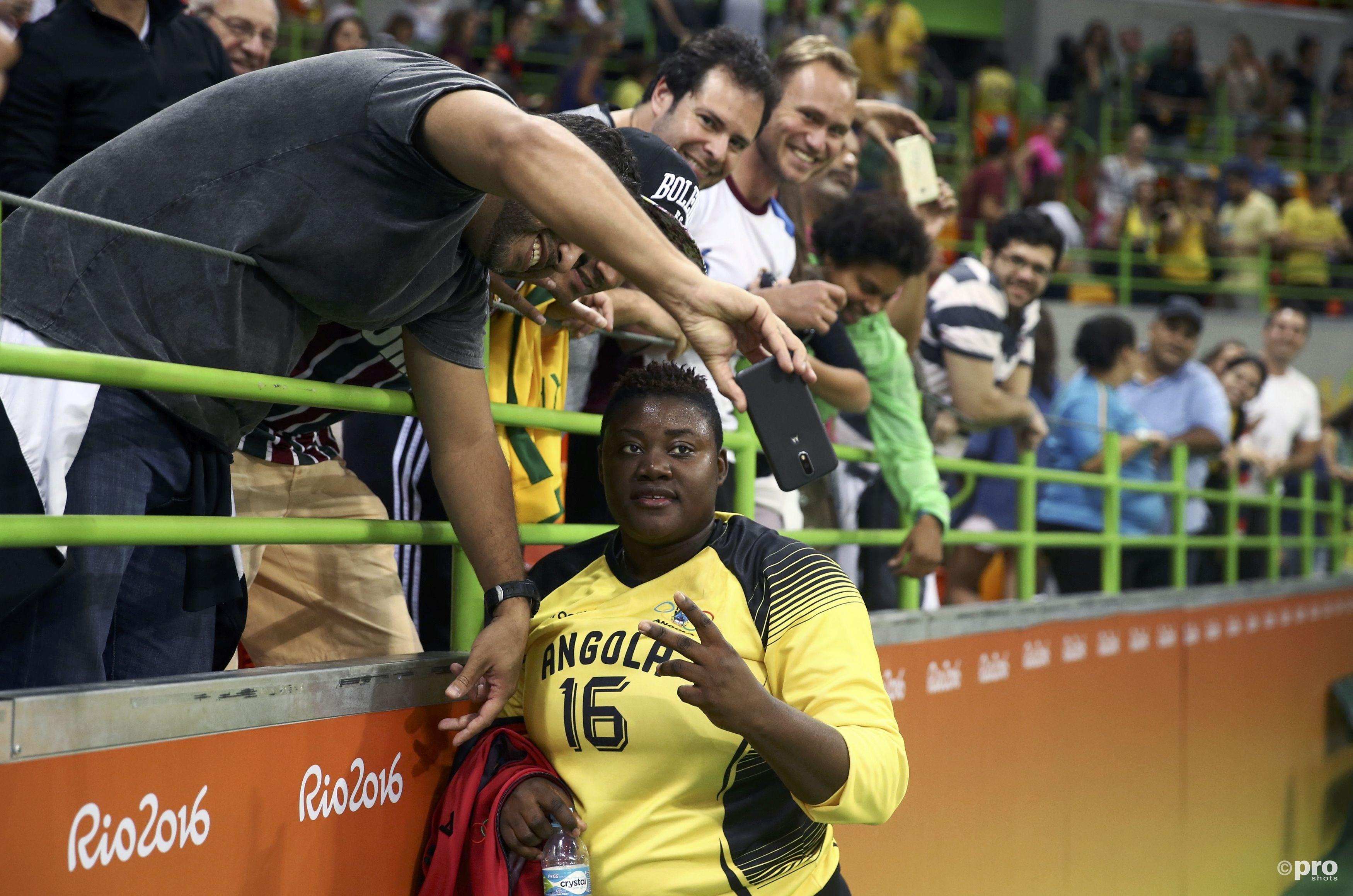 De imposante Angolese keepster Teresa Almeida ontwikkelde zich in Rio tot een ware publiekslieveling, zowel dankzij haar verschijning als meerdere geweldige reddingen (PROSHOTS/Action Images)