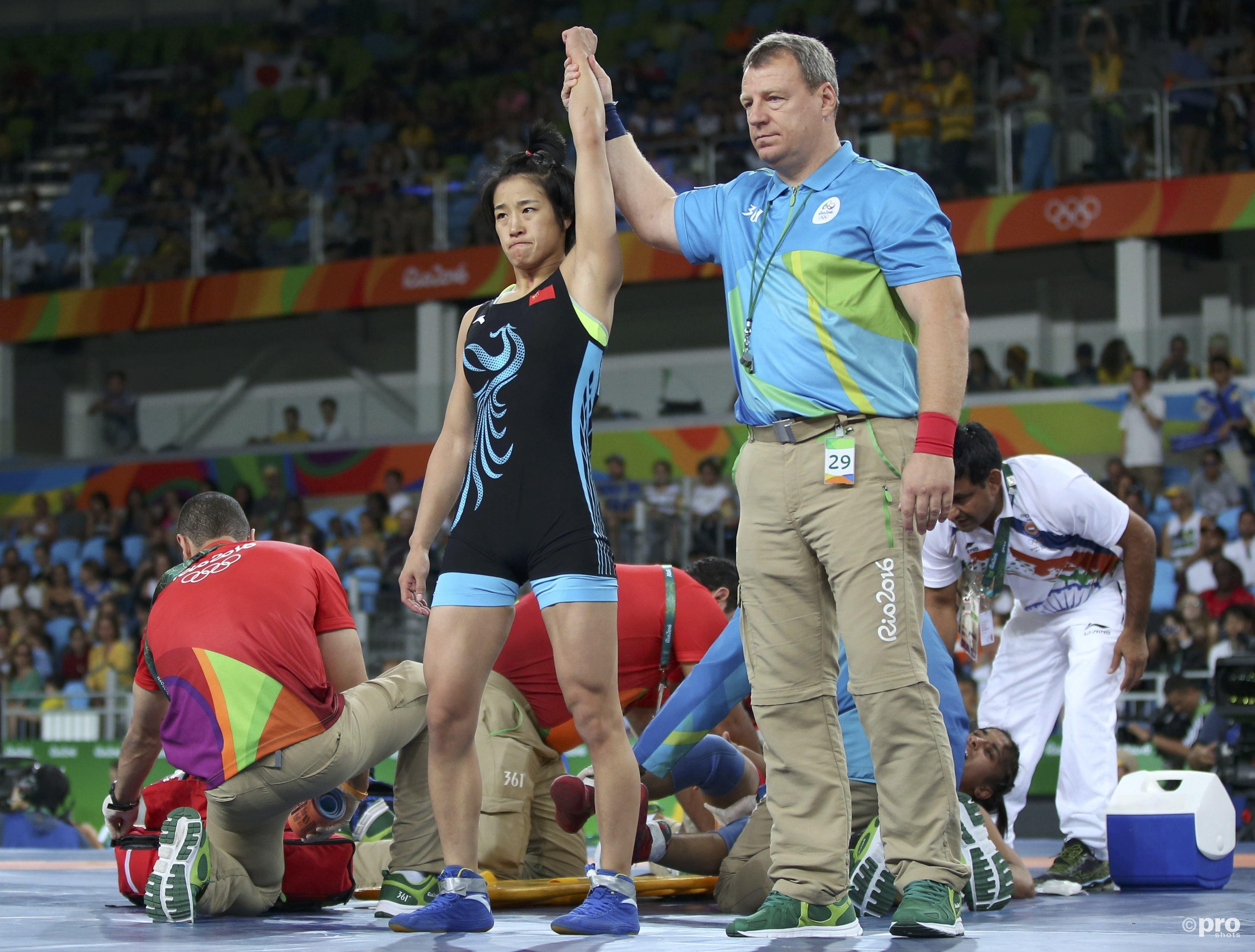 Een bezorgde Yun wordt uitgeroepen tot winnares van de kwartfinale, terwijl Vinesh nog behandeld wordt (PROSHOTS/Action Images)