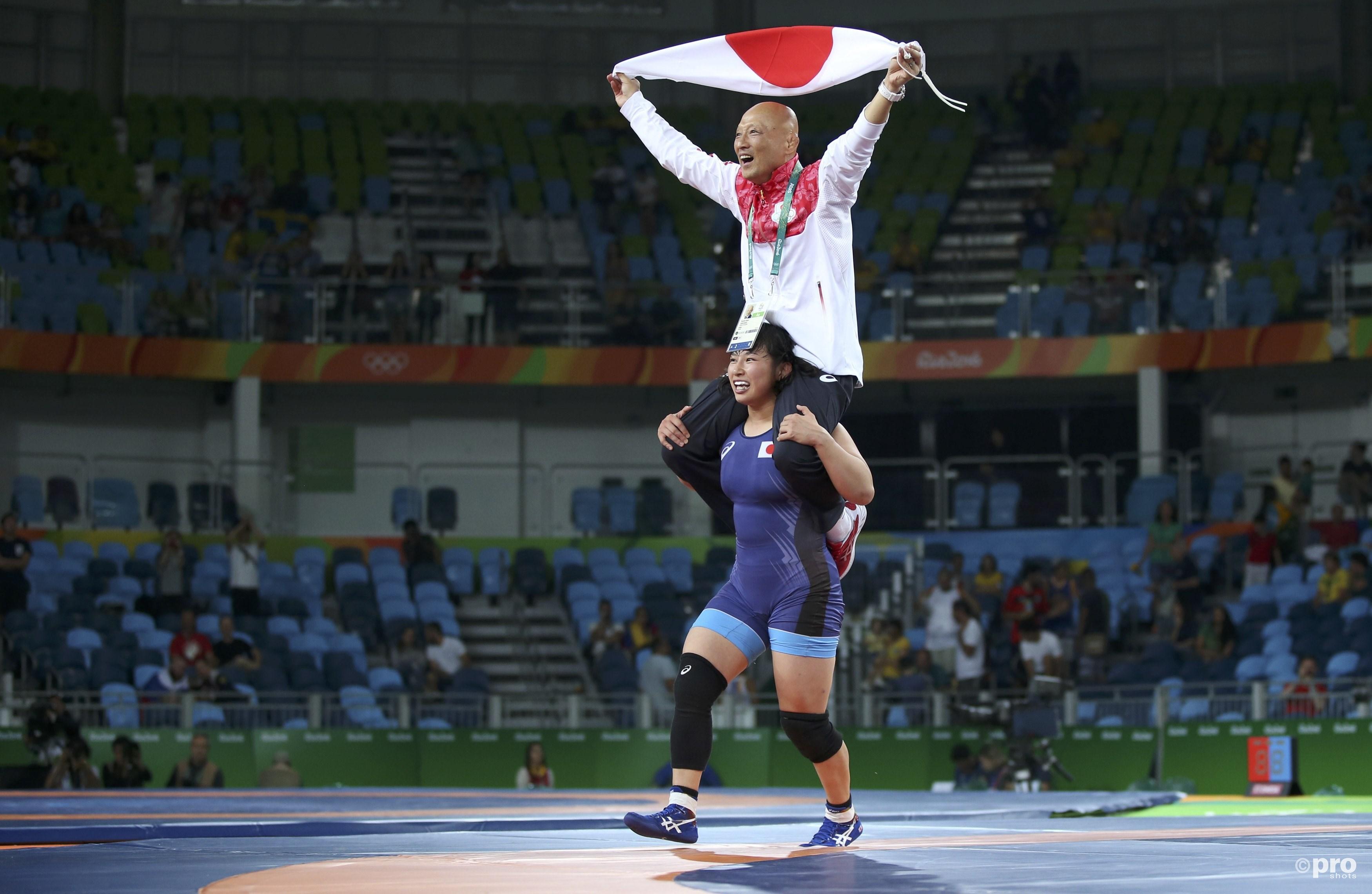 De Japanse coach kende een geweldige dag en viert op de schouders van Dosho het derde goud in een paar uur tijd (PROSHOTS/Action Images)