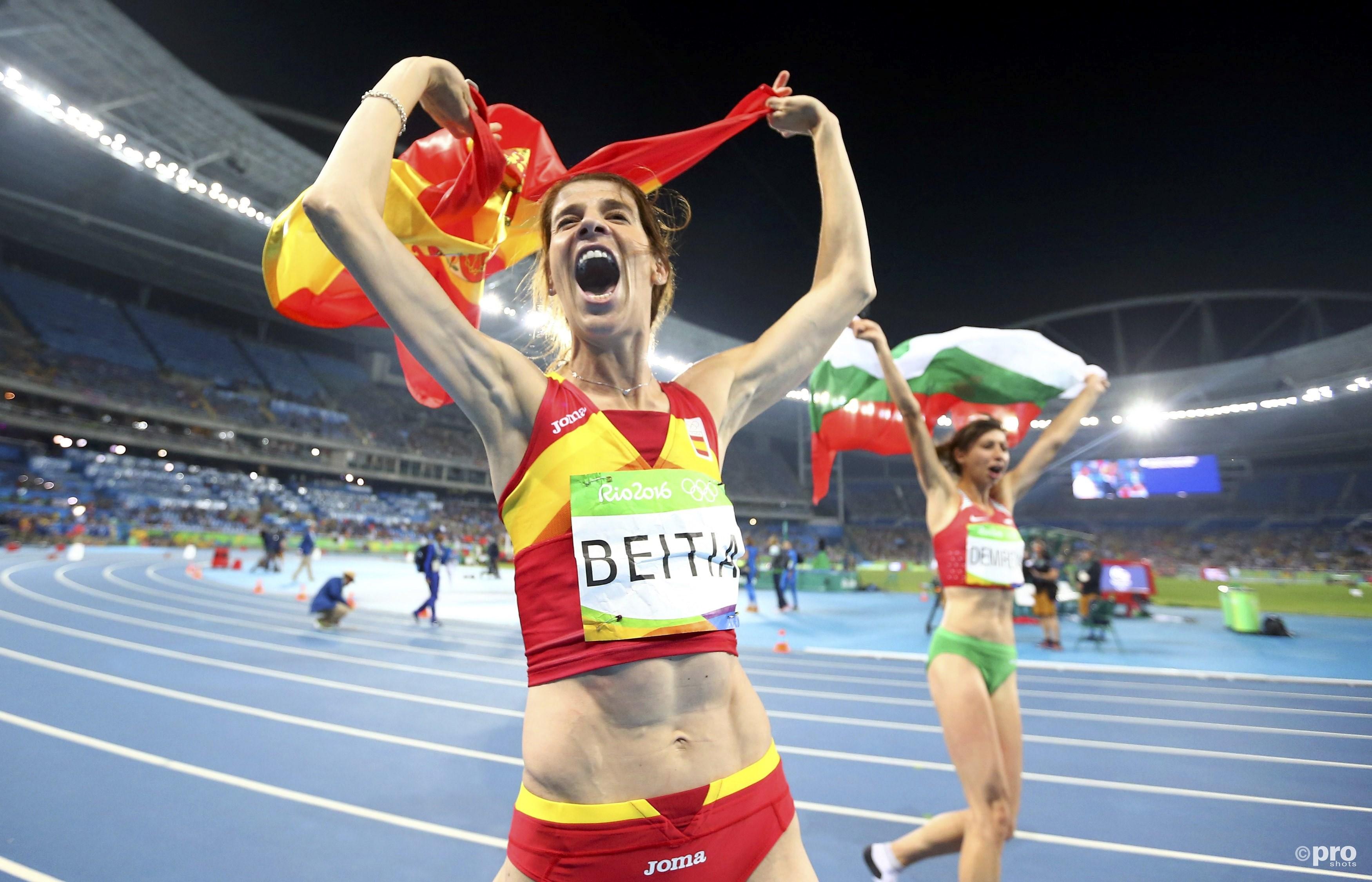 Beitia en Demireva vieren hun medailles (PROSHOTS/Action Images)