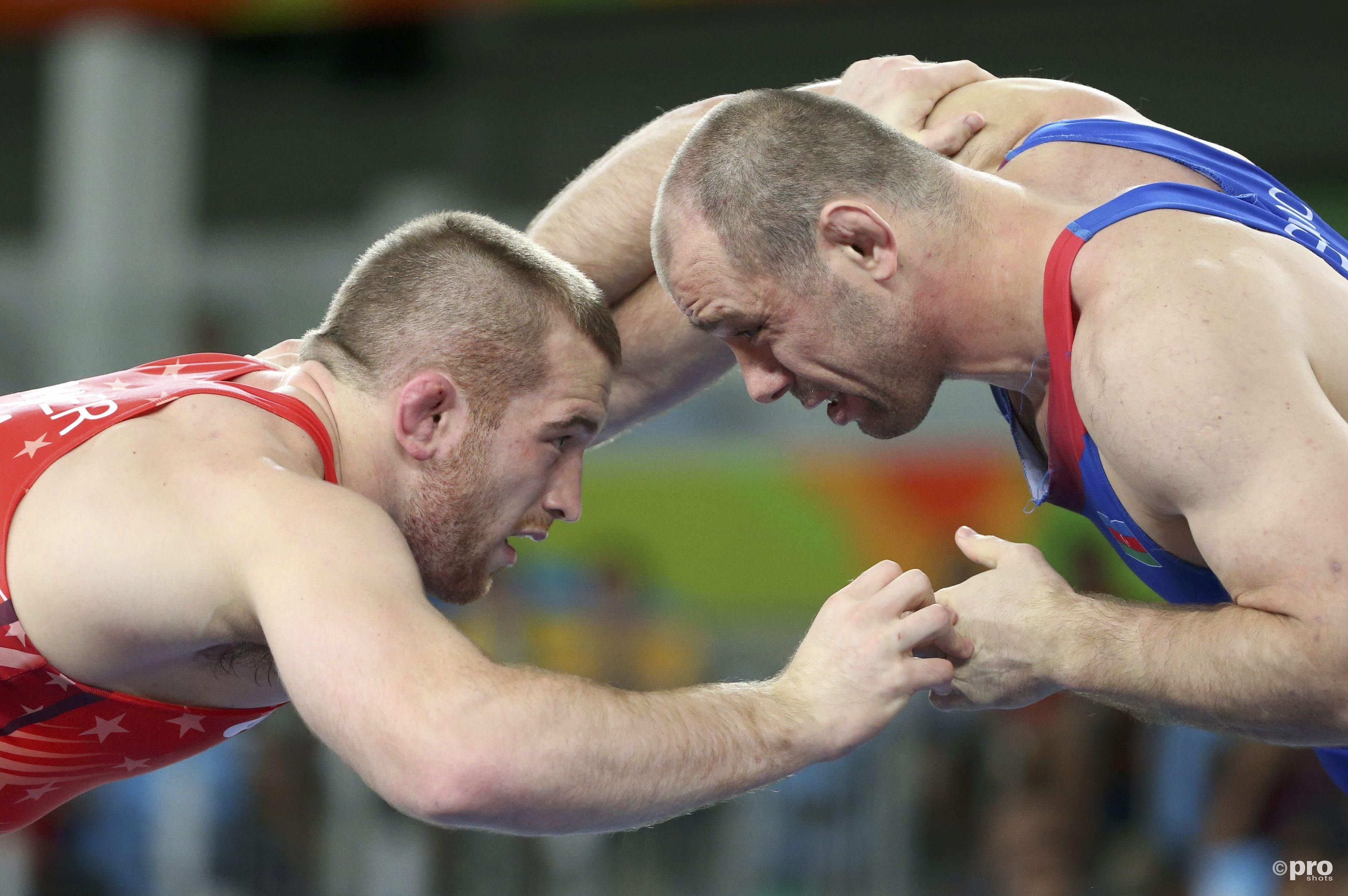 Snyder (links) gaat het gevecht met Gazyumov aan (PROSHOTS/Action Images)