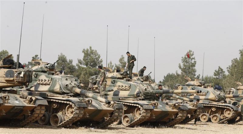 Turkije stuurt extra tanks naar Syrië