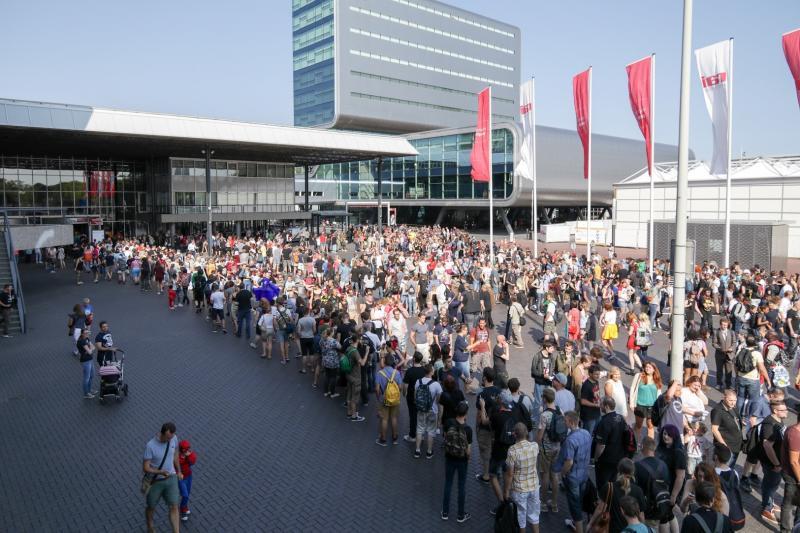 Voordat de deuren openden stonden duizenden fans al vol spanning te wachten om naar binnen te mogen (Foto: Yuen Li)