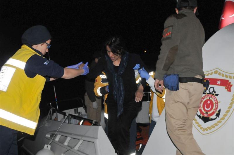 Toeristenboot zinkt voor kust Antalya