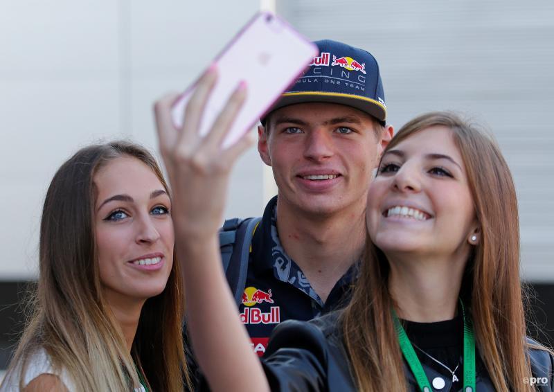 Max Verstappen gaat op de foto met zijn vrouwelijke fans, wat zou een goed onderschrift zijn voor deze foto? (Pro Shots / Action Images)