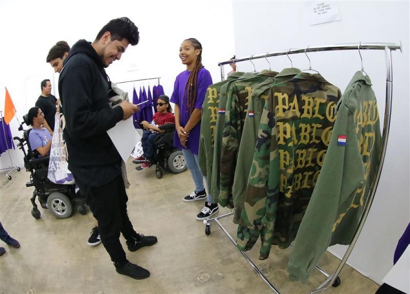 Kanye West loopt binnen met merchandise