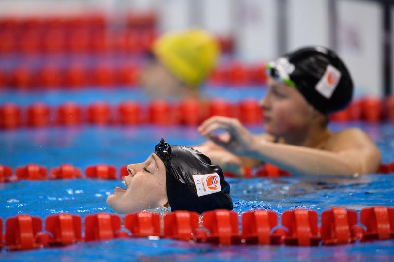 Kruger en Zijderveld na de finish van de 100m schoolslag (Foto: oisphotos.com)