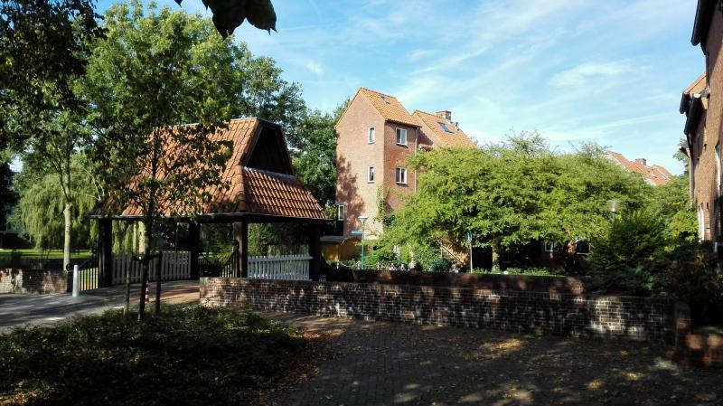 Een overdekt bruggetje en 'kasteelwoningen' in Woerden (Foto: Blind_Guardian)
